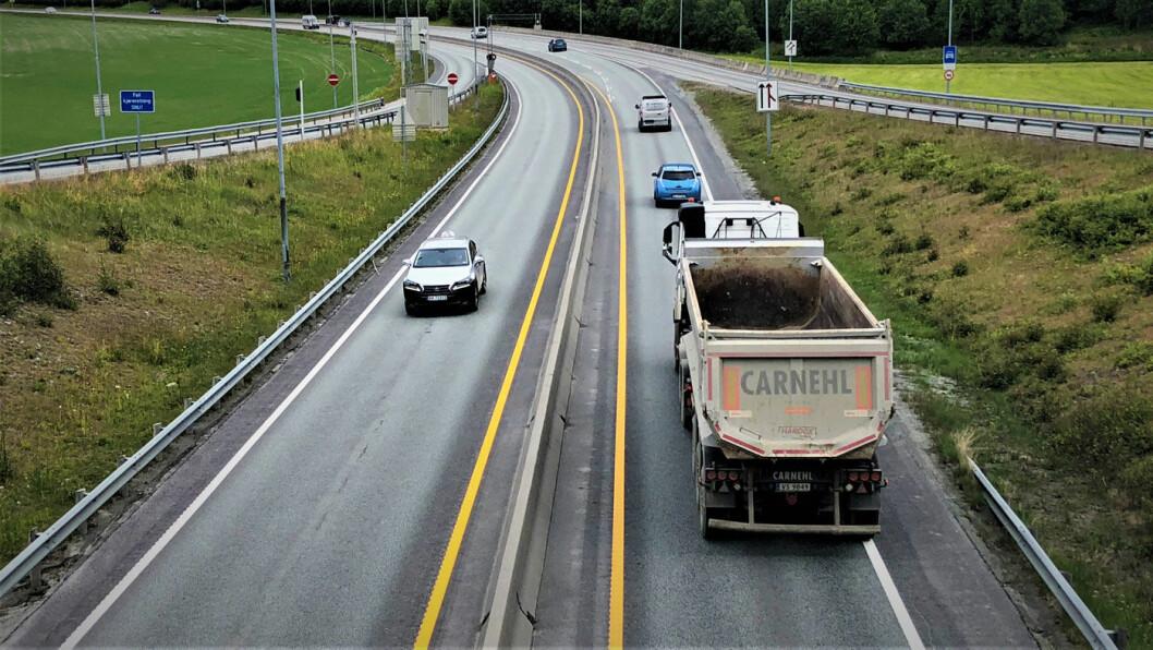 BETAL I BOMMEN: E6 nord for Trondheim har mye tungtrafikk og er ulykkesutsatt. Nå skal det bli firefeltsvei hele strekningen Ranheim-Åsen. Foto: Geir Røed
