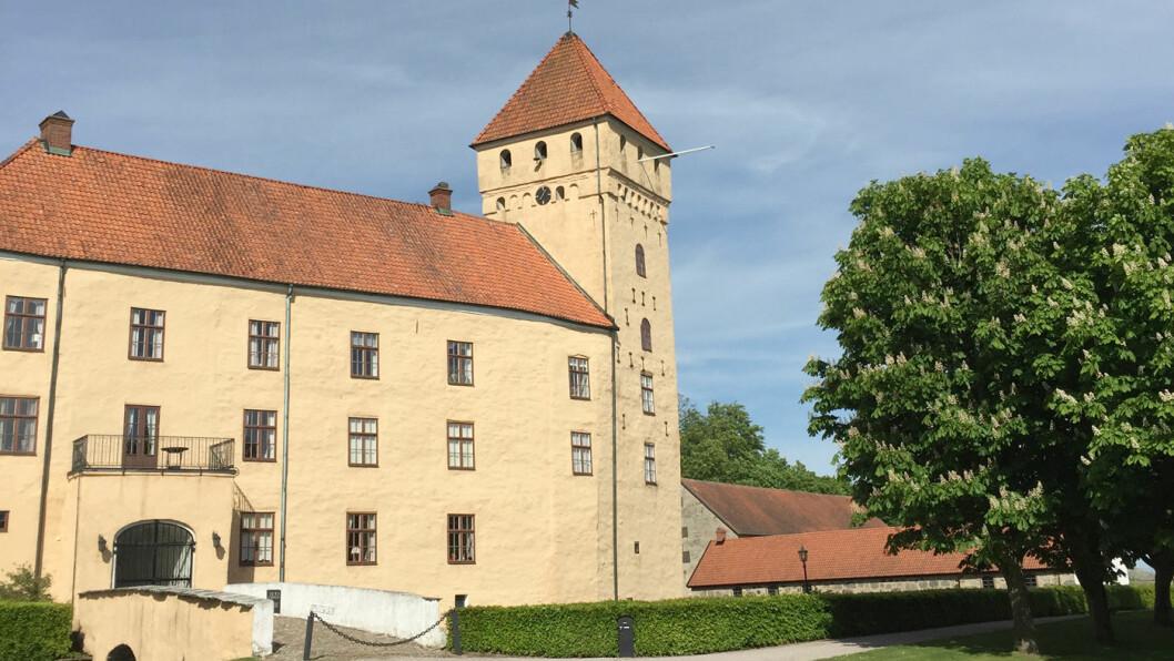 SLOTTSSIDER: Tosterup slott stammer fra 1300-tallet, og her produserer de noe som nesten må være verdens beste eplesider. Foto: Lina Schøyen