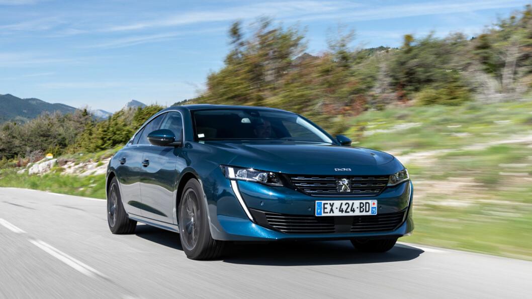 MOT STRØMMEN: Mens alle andre vil opp i høyden kommer nye Peugeot 508 like lav som en sportsbil med sine 140 cm.