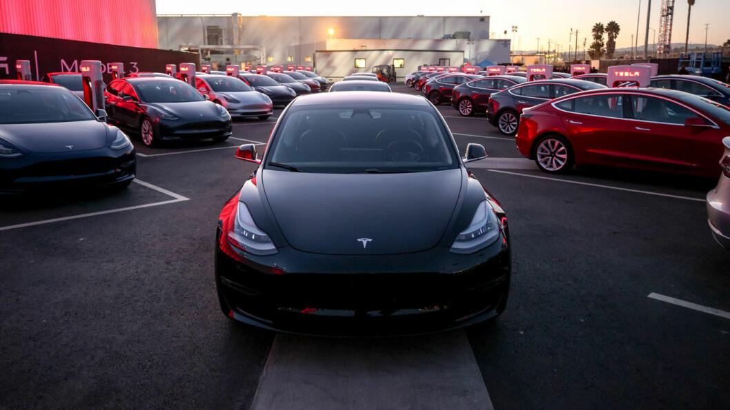KLAR FOR VERDEN: Her er de første Tesla Model 3 på vei ut fra fabrikken forrige sommer. Nå lager Tesla 5000 slike i uka.