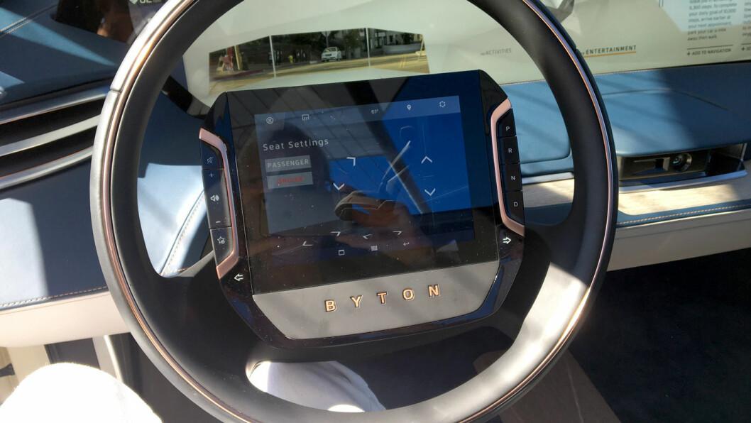 SKJERM I RATTET: Rattet er som du kjenner det fra alle andre biler, men skjermen i midten er ny.