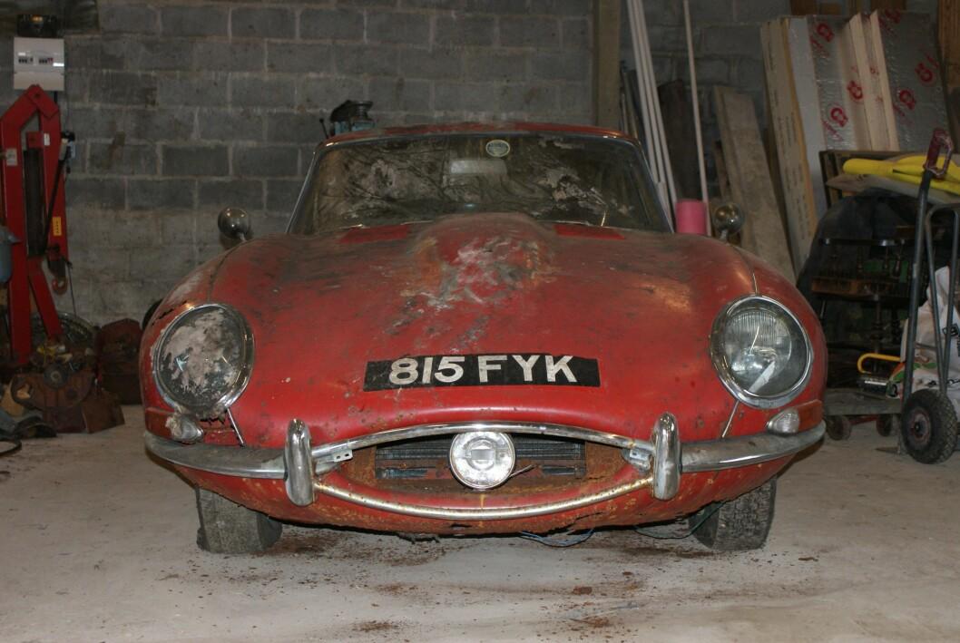 ATTRAKTIV RUSTHAUG: Denne tidlige utgaven av Jaguar E hadde stått under en hekk siden 1969 da den nylig ble finnet. Foto: Coys