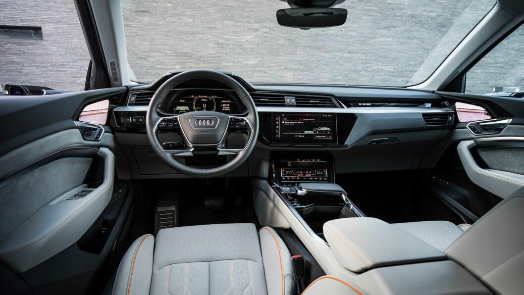 ELEGANT: Instrumentpanelet på Audi e-tron følger opp designuttrykket fra de øvrige Audi-modellene. Foto: Audi AG