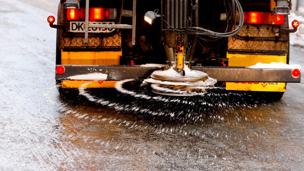 FORSIKTIG MED SALTET: Det ble strødd over 231 000 tonn salt på norske veier vinteren 2016/2017. Foto: Stein J. Bjørge, Aftenposten