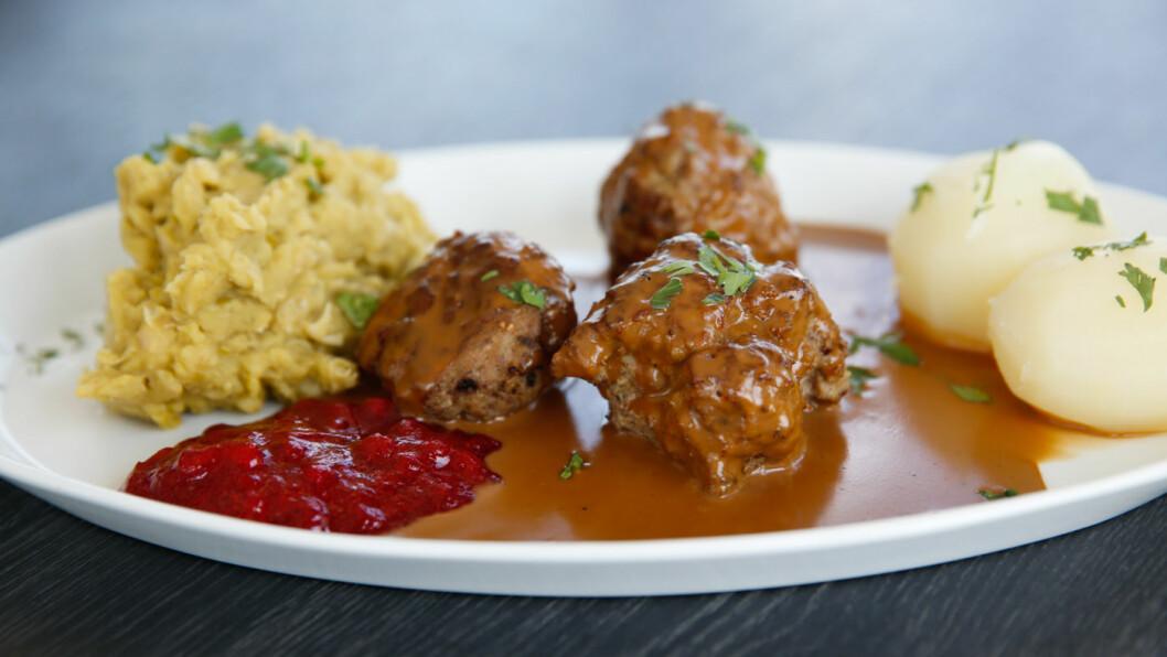FAVORITT: Herlige kjøttkaker er en favoritt på norske veikroer, men hvor får du den beste maten? Vi har testet nærmere 100 stykker Norge rundt for å hjelpe deg med svaret. Foto: Mette Randem