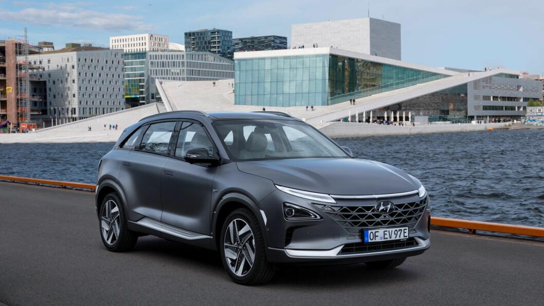 FRAMTIDSRETTET: Hyundai Nexo, konsernets nye hydrogen-SUV, lanseres i Norge i disse dager for over 250 journalister fra hele Europa. Norges viktigste signalbygg, operaen i Oslo, er en passende futuristisk bakgrunn.