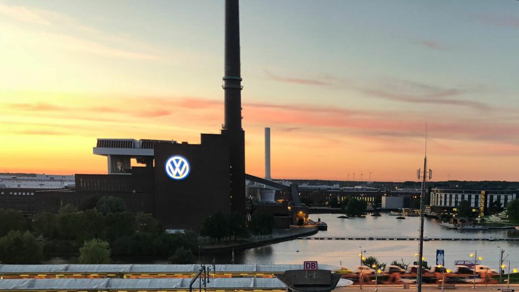 TRØBBEL I TÅRNET: Volkswagen-logoen på toppen av et av selskapets bygninger i Wolfsburg i Tyskland. Nå starter den første erstatningssaken mot bilgiganten.