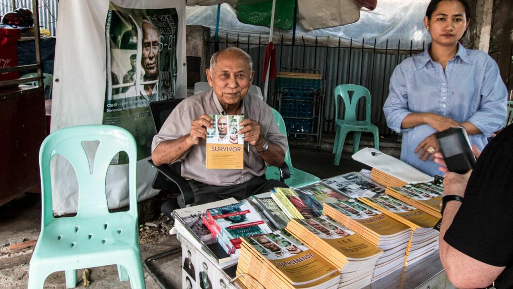 ØYENVITNE: Mer enn 1,7 millioner mennesker ble drept i folkemordene under Røde Khmer-regimets fire år ved makten på 1970-tallet. Chum Mey mistet kone og fire barn før han ble brakt til Tuol Sleng-fengselet (S21), der han var en av de sju overlevende blant totalt 12.000 fanger. Hver dag kommer han stadig til fengselet for å fortelle om hva som skjedde.
