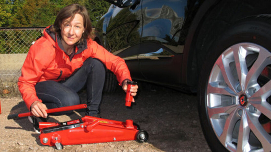 KVALITETSFORSKJELL: Denne testen viser at det er stor forskjell i kvaliteten på de rimelige garasjejekkene. KJøper du riktig jekk går hjulskiftet enkelt. Foto: Tor D. Magnussen