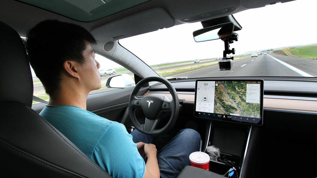 DEN NYE HVERDAGEN: Autopilot i Tesla Model 3 på amerikanske motorveier er en drøm. Men også Tesla-eiere i Norge er vel vant med å kunne la hender og føtter hvile mens bilen gjør mye av kjøringen. Foto: Harald Wisløff