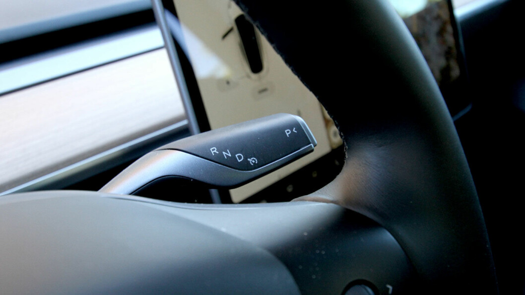 KJØRER SELV: To lette trykk ned på girvelgeren, så kjører Tesla Model 3 av seg selv…