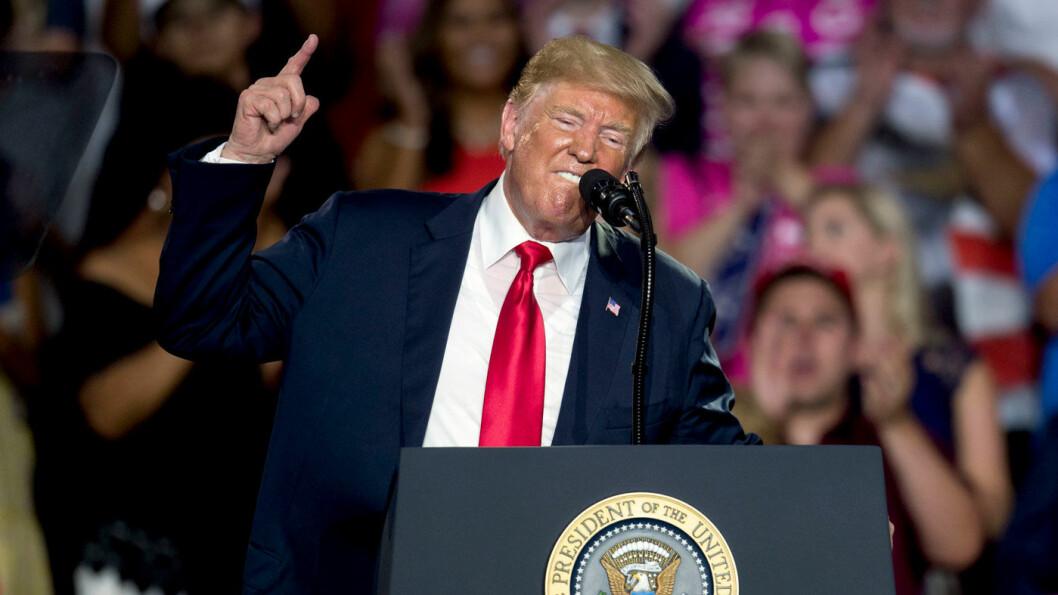 MØTER MOTSTAND: President Donald Trump, her fra et valgkampmøte i Ohio sist helg, har vedtatt å fryse utslippskravet på dagens nivå. Foto: NTB scanpix