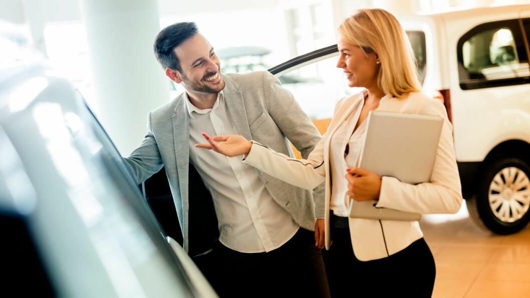 VET HVA DE SKAL HA: Elbilkundene er godt forberedt før de kom til selger, i følge ny rapport. Foto: Shutterstock