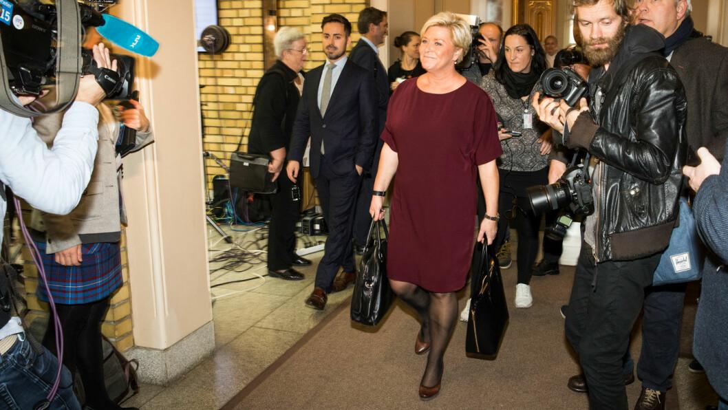 BUDSJETTVESKER: Finansminister Siv Jensen (Frp) på vei gjennom vandrehallen i Stortinget før hun la fram 2018-budsjettet for et år siden. Foto: Stortinget