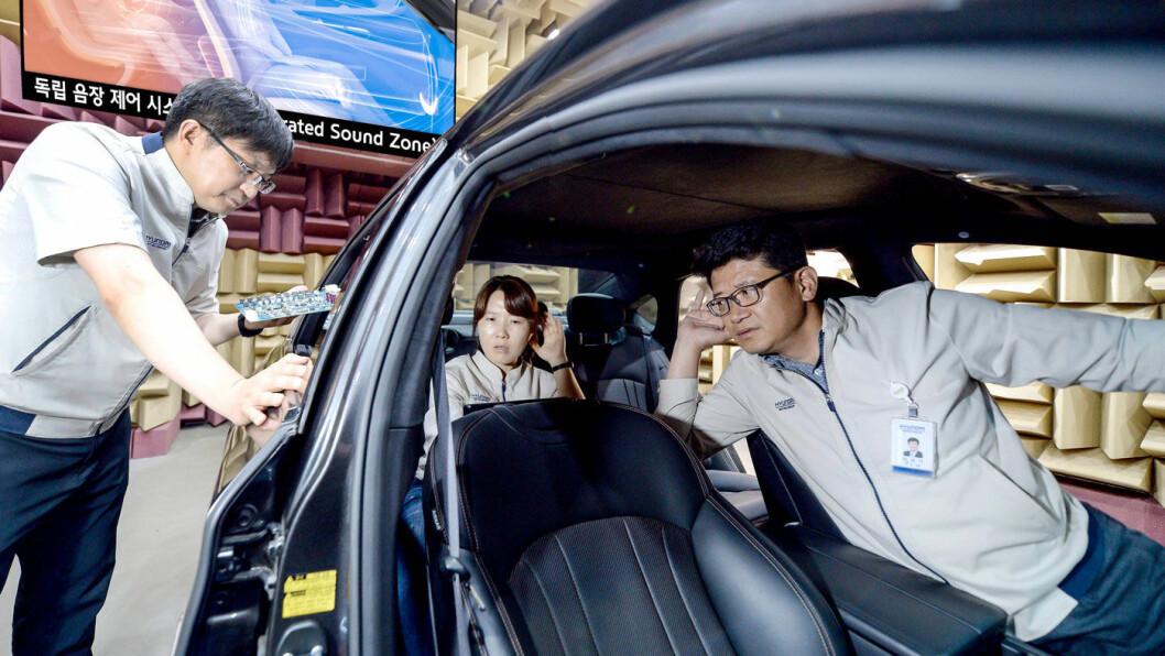 INDIVIDUELT: Med Kias lydteknologi vil du kunne lage din egen isolerte lydsone i bilen – samtidig som du kan snakke med øvrige passasjerer. Foto: Kia Motors