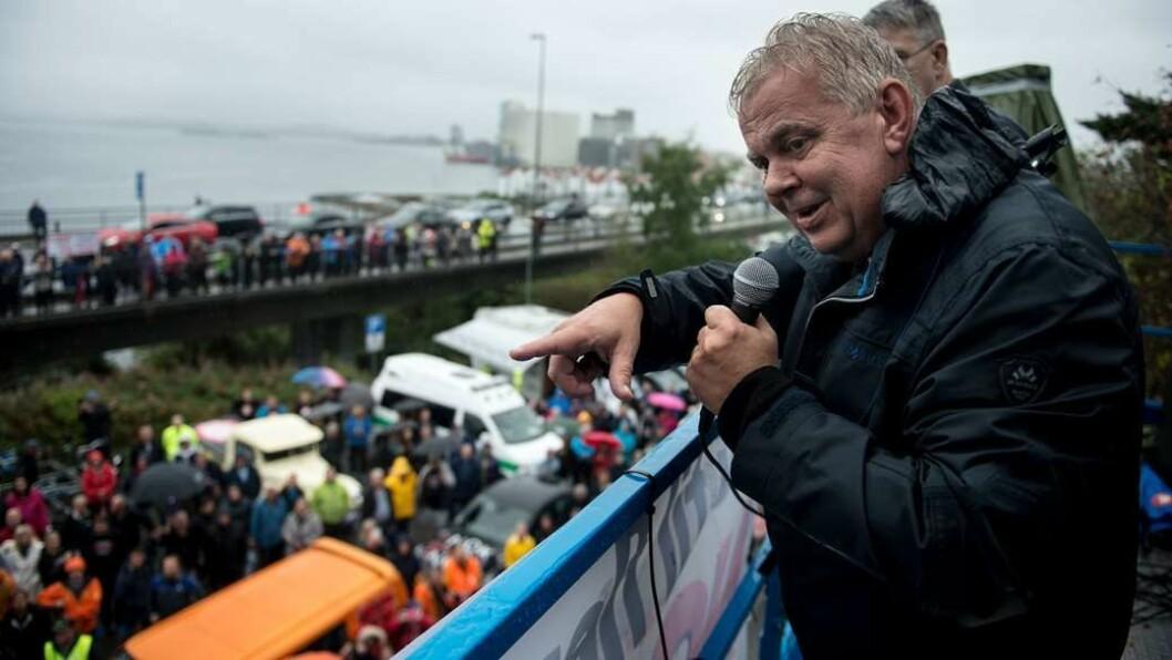 TVERT NEI: Lokalpolitikeren Leif Arne Moi Nilsen (Frp) holdt appell under demonstrasjon ved bybroa i Stavanger. Foto: Carina Johansen / NTB Scanpix
