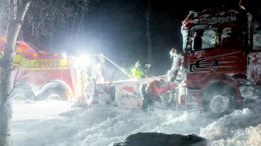 TØFFE TAK: «Vinterveiens helter» er blitt en norsk suksess på National Geographic. Her følger vi bilbergerne på jobb i snøfokk og mørke. Foto: ITV/National Geographic