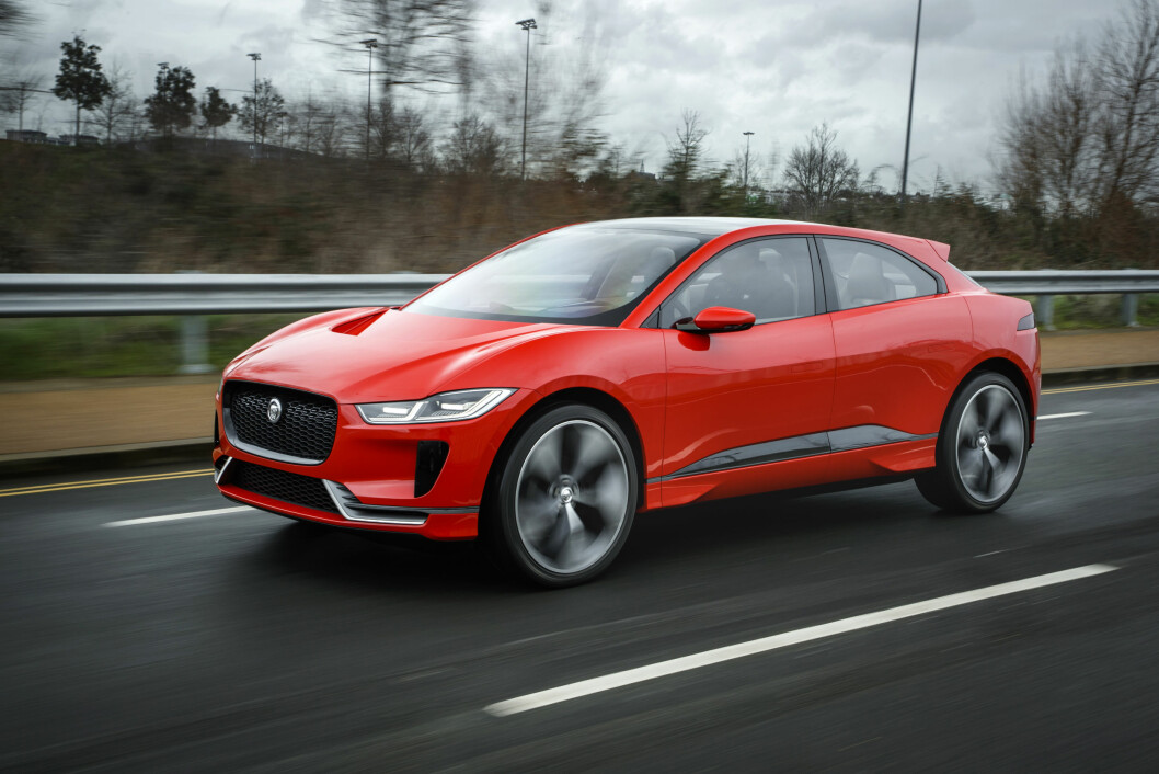 I KØ: – Interessen fra publikum har overgått alle være forventninger. Det folk lurer mest på er når de kan kjøpe bilen, sier Ian Callum, som er designsjef hos Jaguar. Foto: Jaguar