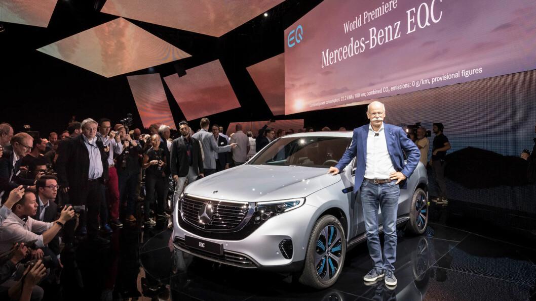 BREDT GLIS: Mannen med bilbransjens mest berømte bart, Mercedes-sjef Dieter Zetsche, med nye EQC under lanseringen i Stockholm tirsdag kveld.