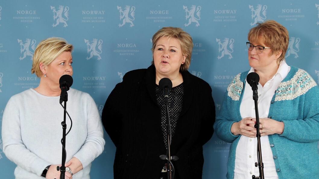 OVERGANG: Regjeringen varsler to år med NEDC 2.0-ordningen for beregning av bilavgifter. Her er Erna Solberg flankert av Siv Jensen og Trine Skei Grande under vårens budsjettkonferanse. Foto: Torbjørn Kjosvold/Forsvaret