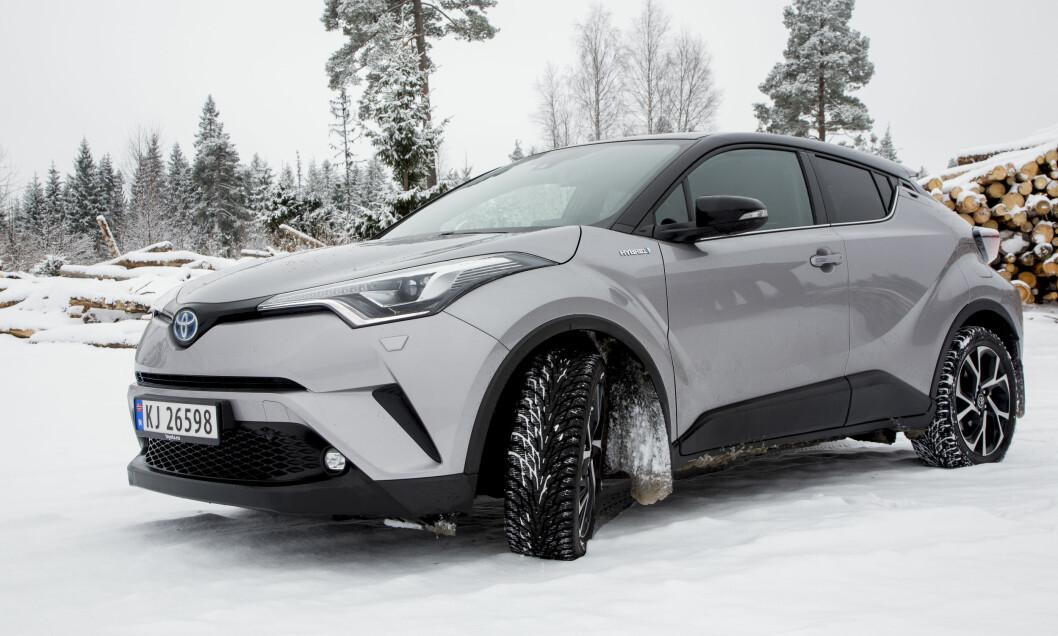 IKKE KJEDELIG: Toyota C-HR har en nytt utseende som noen synes er svært spennende, mens andre synes er lite pent. Kjedelig er det i hvert fall ikke. Foto: Sveinung Uddu Ystad