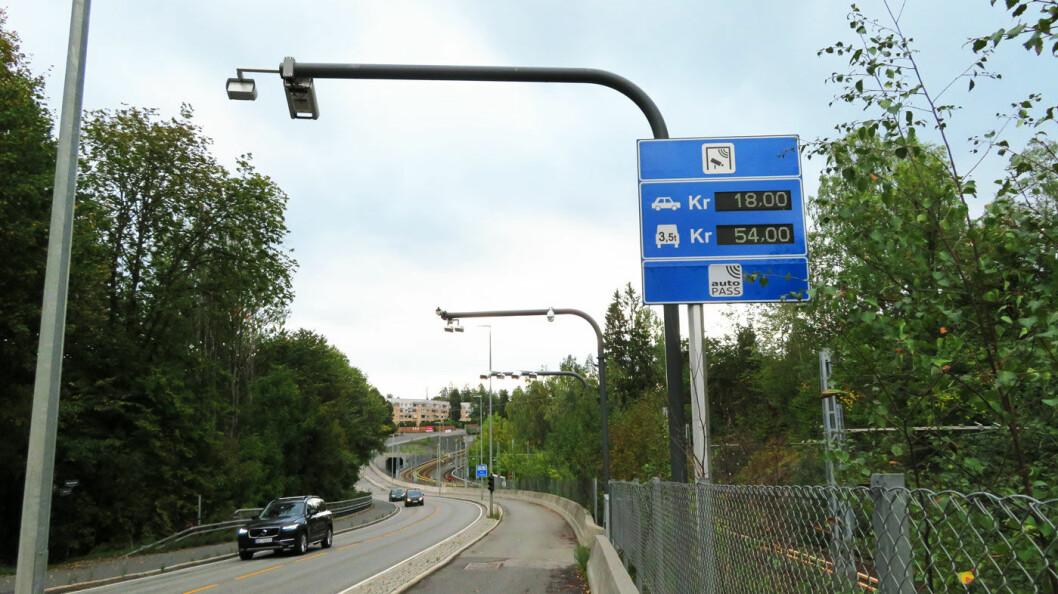 FÆRRE OVER GRENSEN: Høyere bompenger har bidratt til at færre kjører gjennom bommene, som denne på Jar på grensen mellom Bærum og Oslo. Foto: Peter Raaum
