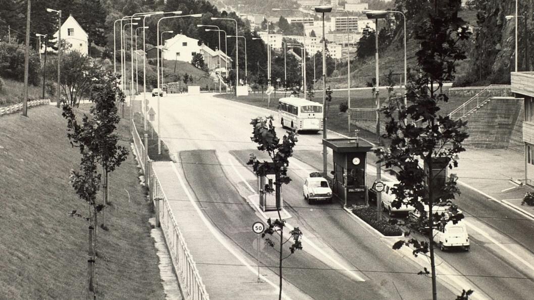 GAMLE DAGER: Bergenserne er godt kjent med bompenger. I 1968, for 50 år siden, åpnet Løvstakktunnelen i Fyllingsdalen i Bergen. Bilistene måtte betale 75 øre, som tilsvarer 15 kroner i dag. Foto: Bergen byarkiv