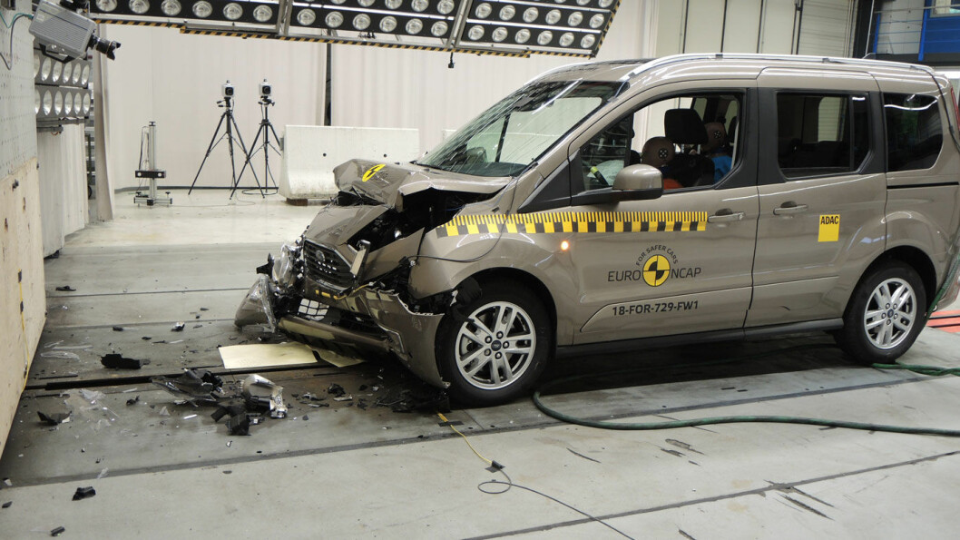 MISSER: Ford Tourneo Connect rammer de myke trafikantene hardt, og trekkes en stjerne.