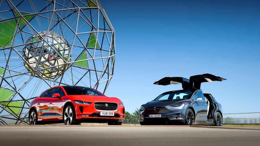 MOTPOLENE: Jaguar I-Pace (t.v.) og Tesla Model X har noen opplagte likhetspunkter, men forskjellene i format og plass er større i virkeligheten enn på papiret. Foto: Jon Terje Hellgren Hansen