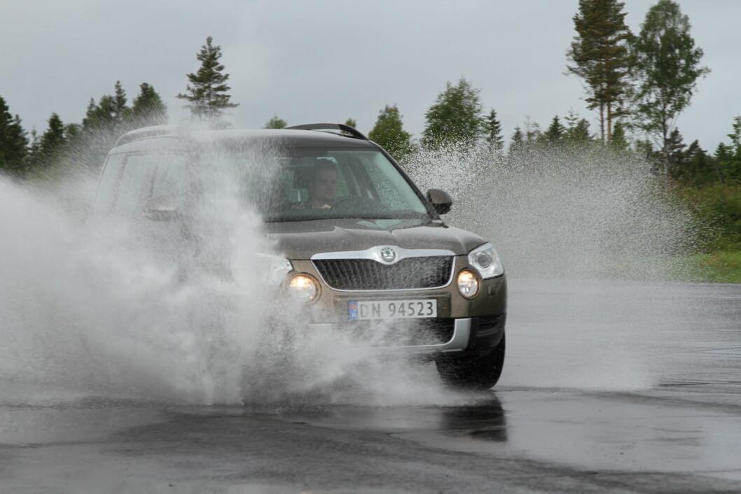MISTER ALL KONTROLL: Med slitte, men lovlige sommerdekk, kan du vannplane og miste alt veigrep i 30 km/t lavere hastighet enn med en nytt dekk på bilen. Foto: Rune Korsvoll