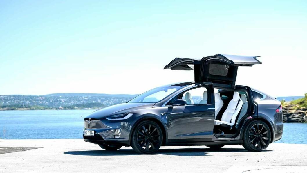 UVANLIG: De store måkevingedørene på Tesla Model X er fortsatt et spektakulært syn på parkeringsplassen. Foto: Jon Terje Hellgren Hansen
