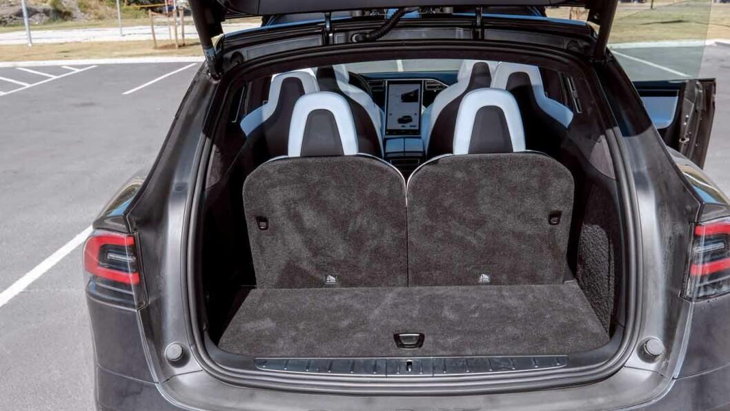 ROMMER EN STORFAMILIE: Tesla Model X har over 1000 liter bagasjeplass og plass til et par bager under panseret.