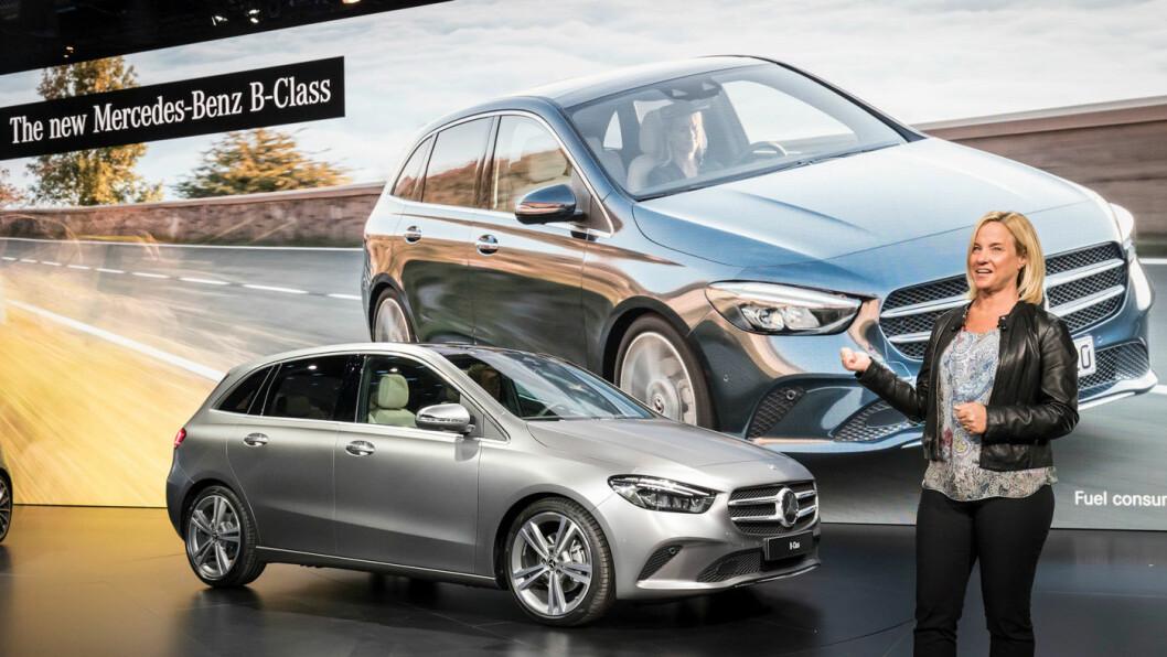 MER ELEGANT: Nye Mercedes B-klasse har fått et utseende som er mer dynamisk enn den litt «bollete» forgjengeren. I Paris ble den presentert av Britta Seeger, sjef for salg og marketing i Europa.