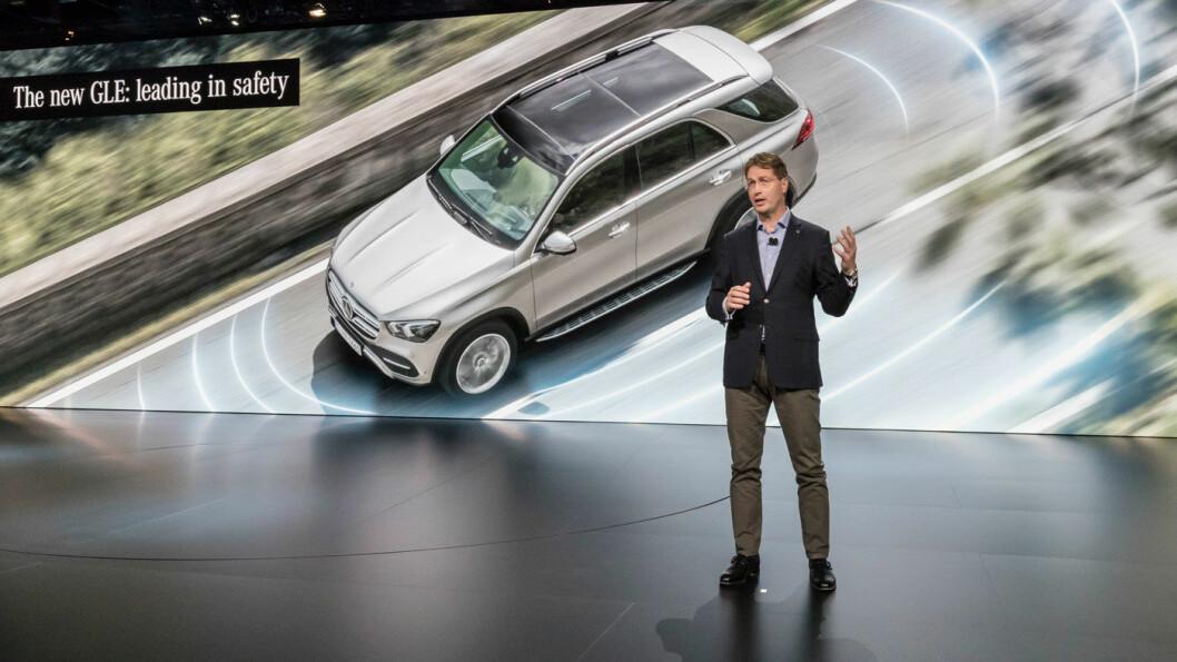 LUKSUS: Mercedes GLE har blitt 10 centimeter lenger, det gir blant annet plass til en tredje seterad. Modellen har også det siste av teknologi og sikkerhetsutstyr fra Mercedes, her introdusert av den påtroppende Mercedes-sjefen, svenske Ola Källenius.