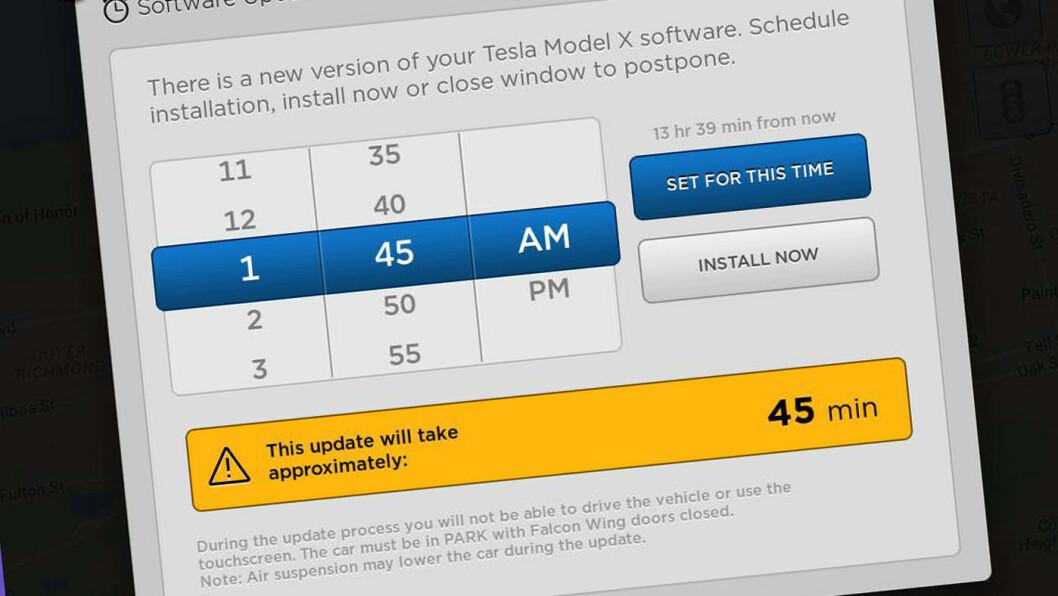 FORBEDRES: Nå kan Tesla-kundene enkelt få en bil med nyere og bedre finesser. Slik så oppdateringsvarselet ut ved forrige softwareoppdatering.