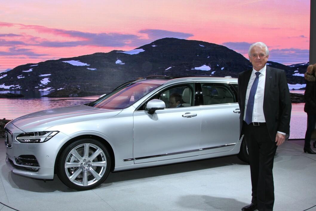 ALLE LADBARE: – Alle de nye Volvo-modellene som kommer vil få ladbart hybriddrivverk. Volvo S90 og V90 er neste modeller ut i den store modell-fornyelsen, forteller Volvo-sjef Øystein Herland. Foto: Rune Korsvoll