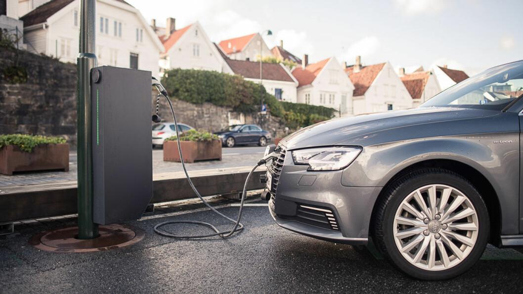 LADELØSNING: I tettbygde strøk blir det stadig mer vrient å lade en elbil. Lyktestolpene kan være en fornuftig løsning.