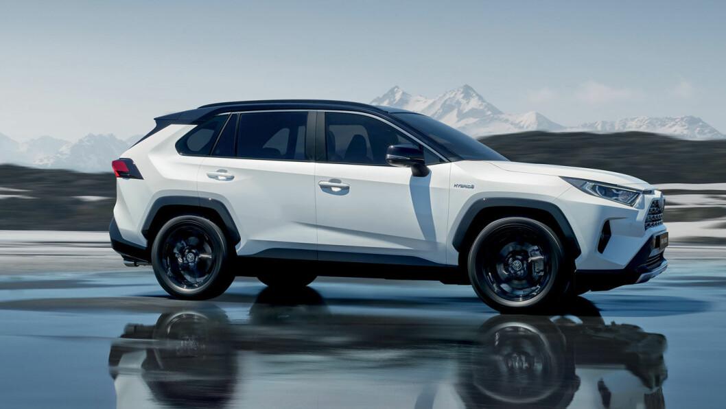 TILBAKE PÅ TOPPEN? Toyota RAV4, Tesla Model X og Mitsubishi Outlander har knivet opp posisjonen som Norges mest solgte SUV de siste årene. En ny og vesentlig freshere utgave av RAV4 er Toyotas svar på avgiftsvinnerne fra konkurrentene.