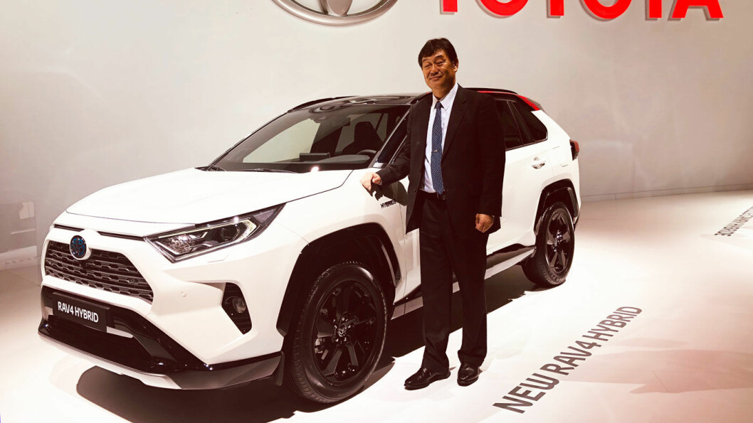 ELSK ELLER HAT: Sjefingeniør Yoshikazu Saeki ved siden av femte generasjon RAV4 på bilutstillingen i Paris nylig.