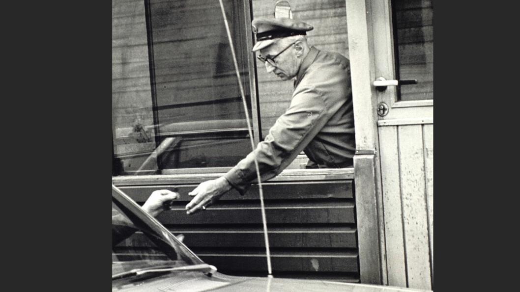 BOMVAKT: I gamle dager betalte du ikke bompenger med Autopass-brikke, men til en bomvakt i lagerfrakk. Foto: Bergen byarkiv