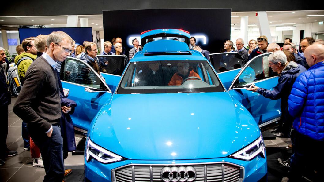 ENDELIG: Audis helelektriske Audi e-tron er omsider på norsk jord, til glede for en rekke potensielle kunder som har reservert bilen for 20.000 kroner, og som kan foreta en endelig bestilling i månedsskiftet november/desember. Foto: Tomm W. Christiansen