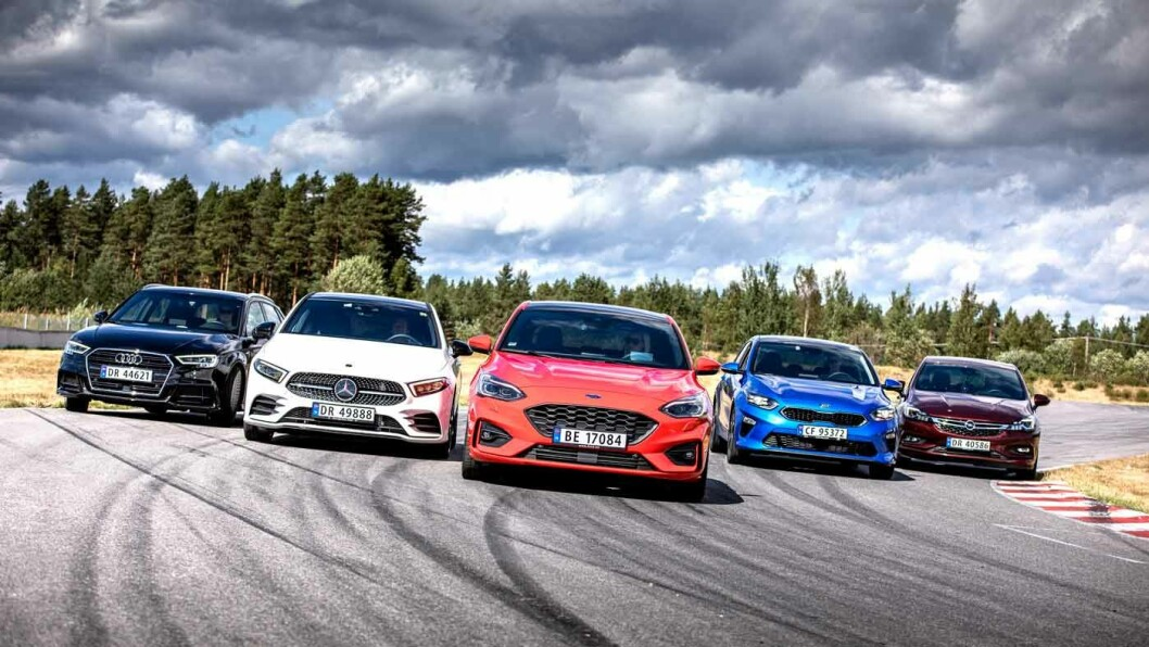 SJEF I MIDTEN: En rød Fords Focus stråler blant fire konkurrenter.
