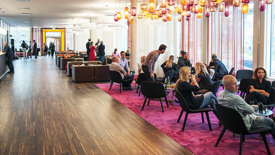 RIMELIG DESIGN: Motel L ved Globen i Stockholm satser på den nye hotelltrenden; bo billig og bra, med store fellesarealer og små, men gode rom. Foto: Philip Laurell/Motel L
