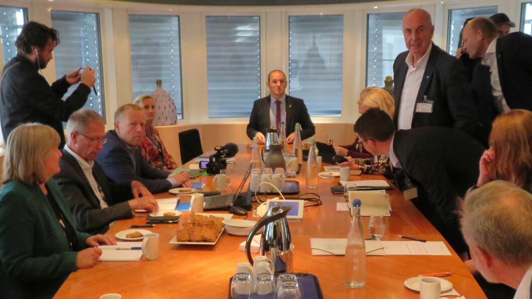 STIKKER? Sandnes-ordfører Stanley Wirak (stående til høyre) var med på møtet Rogalandspolitikerne hadde om byvekstavtalen hos samferdselsminister Jon Georg Dale (i midten) tidligere i høst.