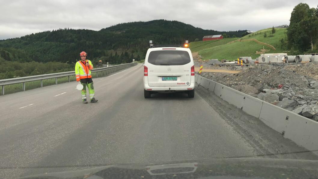 HØR ETTER: – Lytt til beskjeder du får, oppfordrer Vegdirektoratet. Her er det full stopp i trafikken på E6 sør for Trondheim på grunn av veiutbygging. Foto: Geir Røed