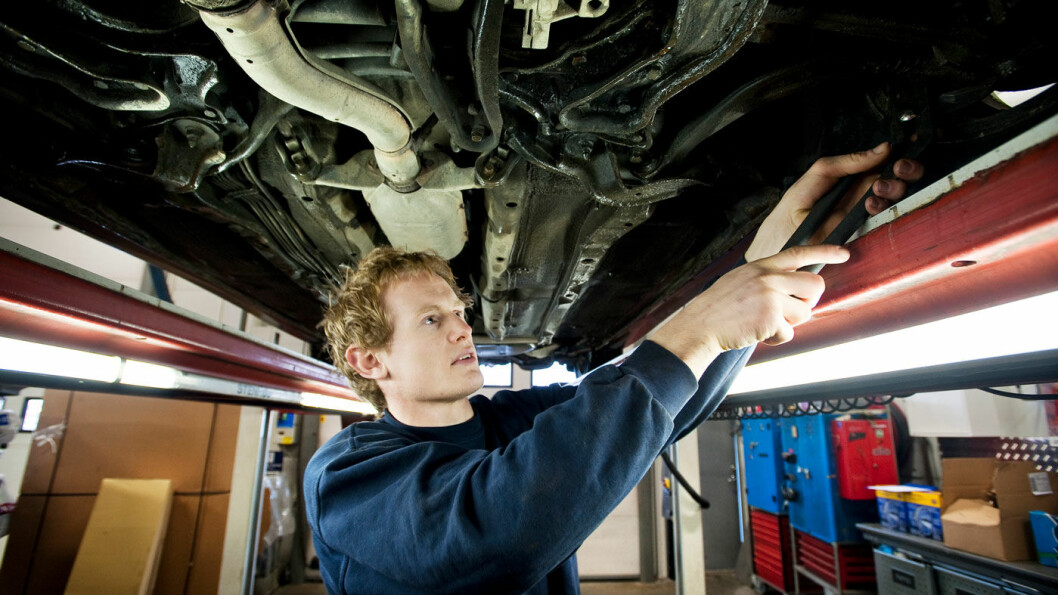 PASS PÅ: Moderne biler krever moderne reparasjonsmåter. Mange verksteder reparerer på utdatert måte. PS: Mekanikeren på bildet har ingen forbindelse til verkstedene som omtales i saken. Foto: Bjørn Frostad, Samfoto
