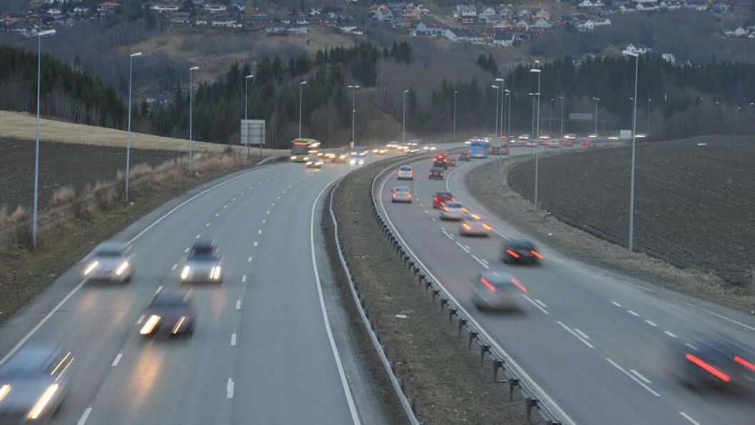 GIR GASS: Myndighetene vurderer om det skal bli lov til å kjøre i 120 km/t på enkelte norske motorveier –om enn ikke denne, E6 ved Okstadbakken utenfor Trondheim. Foto: Knut Opeide, Statens vegvesen