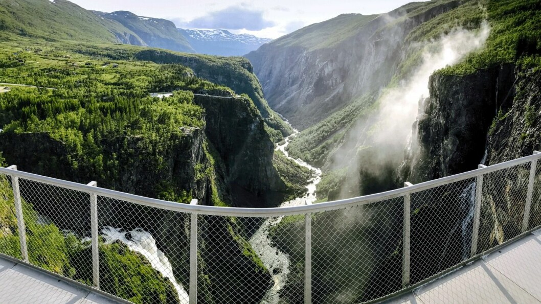 MEST BESØKT: Vøringsfossen ved Hardangervidda stuper 182 meter ned fra platået på Hardangervidda. Den bygges ut med nye utsiktspunkter og en spektakulær bro tegnet av arkitekt Carl-Viggo Hølmebakk. Foto: Kjersti Wold