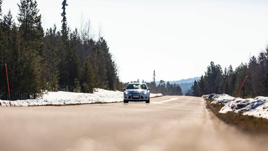 BREMSETEST: Med Goodyears piggfrie dekk var bremselengden seks kortere i bremsetesten på våt asfalt, målt mot dekket som var svakest i denne disiplinen.