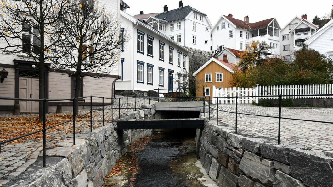 VELLYKKET REHABILITERING: Hovedgatene i Tvedestrand har fått nytt dekke av gamle steiner. Foto: Knut Opeide